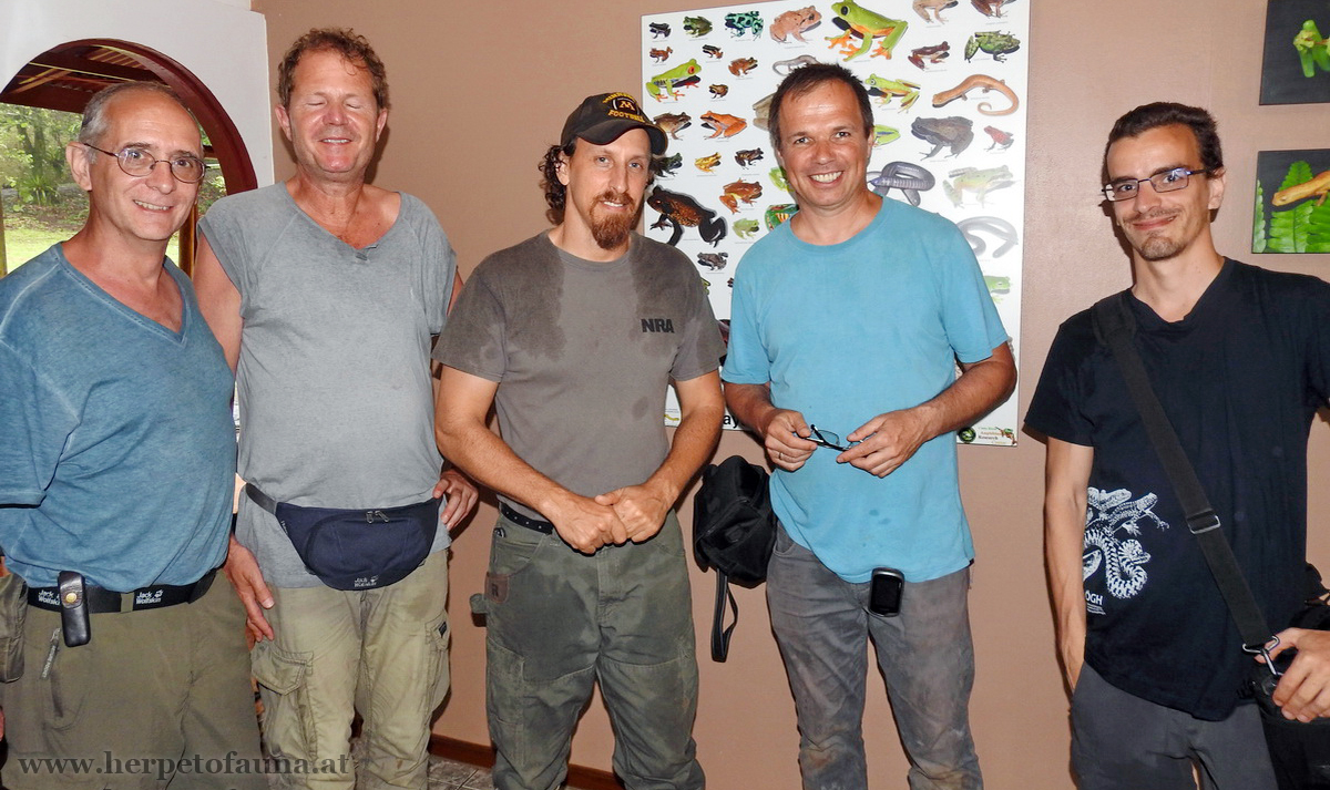 Brian Kubicki (Mitte) zeigt uns sein Costa Rican Amphibian Research Center
